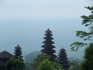 Besakih tempel in de mist op Bali