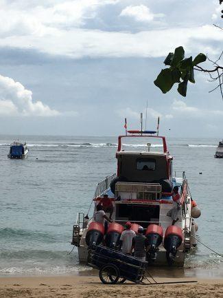 Aan boord voor de oversteek naar Lembongan