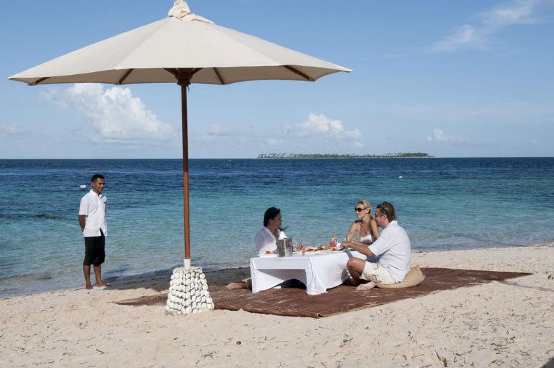 Dineren op het strand tijdens jullie huwelijksreis op Indonesië