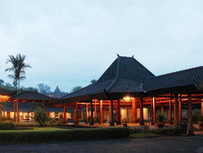 Naast de Borobudur