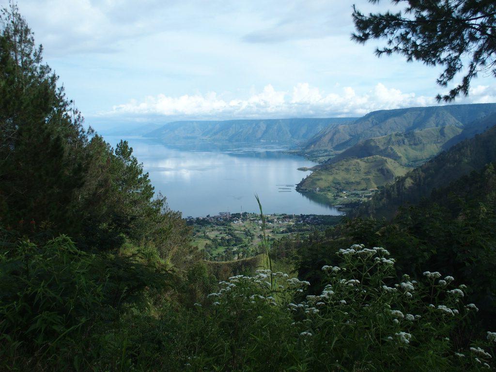 Uitzicht op Tobameer op Sumatra tijdens rondreis met gezin of familie