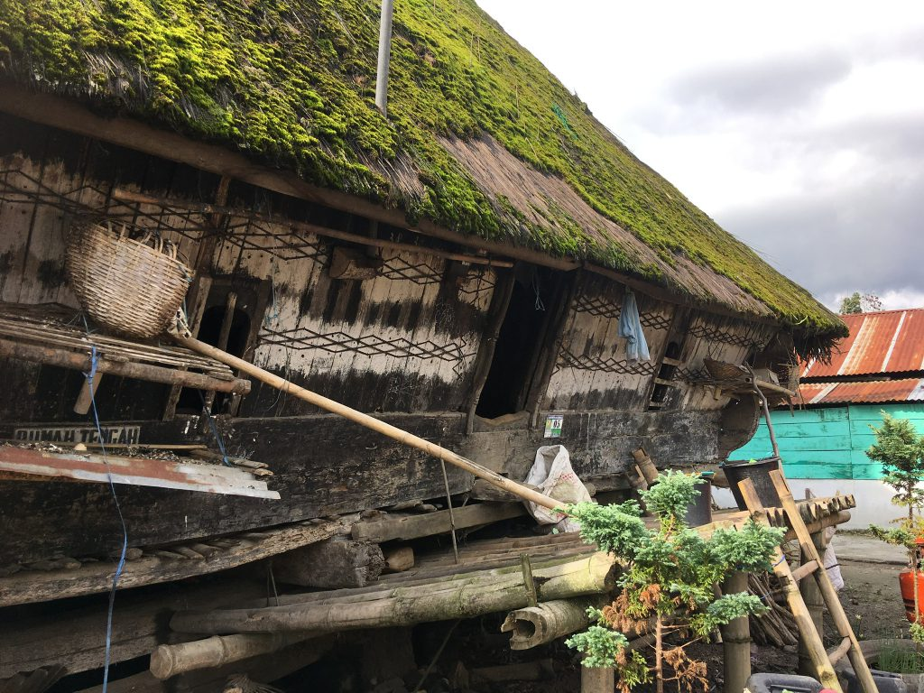 Traditioneel huis op Sumatra tijdens gezinsvakantie in Indonesie
