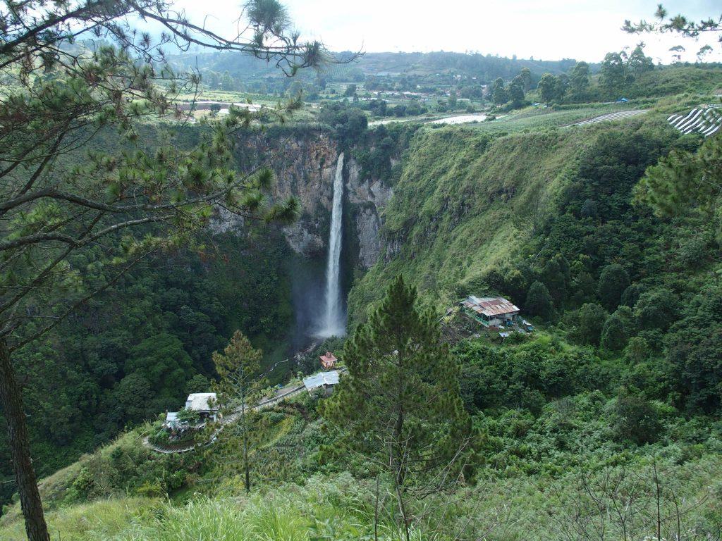 Bezoek de Sipisopiso waterval op Sumatra tijdens een reis op maat naar Indonesie